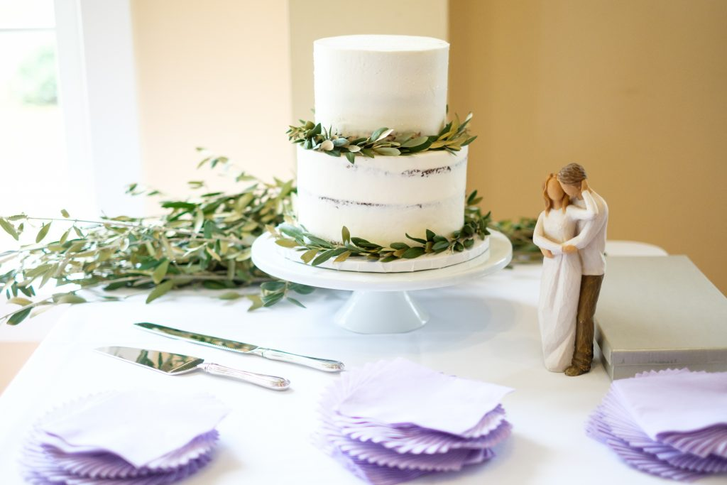 A photo of a wedding cake.